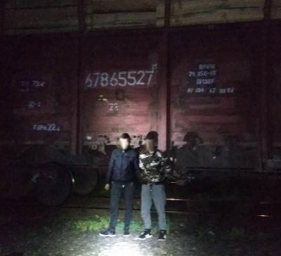 На Буковині двоє осіб намагались потрапити до Румунії, сховавшись у вантажному вагоні з лісом