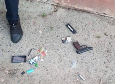 Погрожував колишній: у Чернівцях патрульні на вулиці виявили у чоловіка зброю