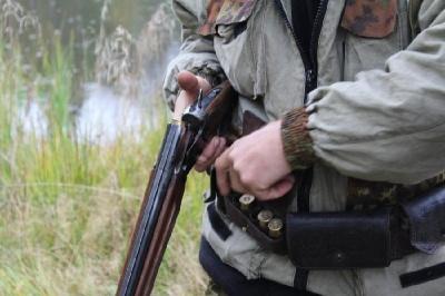 Вбив оленя і погрожував лісівникам зброєю: на Буковині затримали агресивного браконьєра