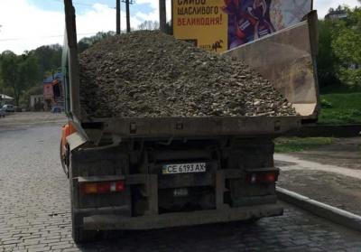 У Чернівцях почали перевіряти вантажівки з піском на наявність тентів