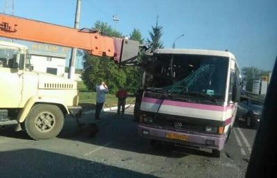 У Чернівцях вантажний кран наскрізь проштрикнув автобус (ФОТО)