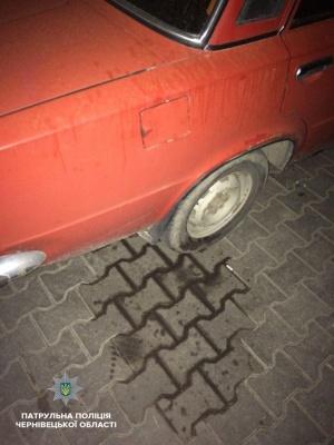 Зливав пальне із «Жигулів»: у Чернівцях затримали чоловіка, який крав бензин