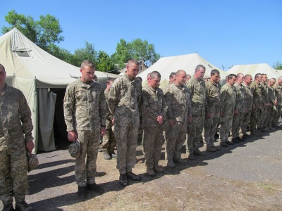 У Чернівцях місцеві жителі зворушливо зустріли військових, що повернулись із фронту (ФОТО)