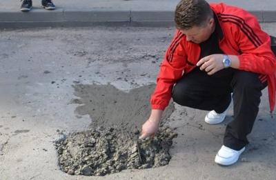 «Хочу залатати 100 ям»: житель Чернівців взявся самотужки ремонтувати дороги міста
