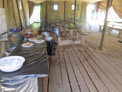 Сплять і їдять у наметах: чернівчани обурені умовами у військовому містечку, де живуть бійці після повернення з фронту (ФОТО)