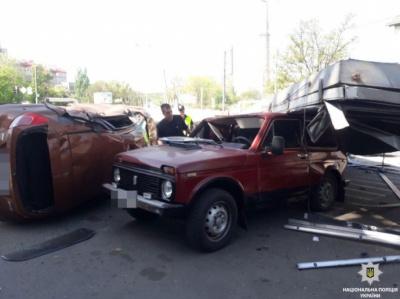 У Дніпрі вантажівка вилетіла на стоянку біля супермаркету. Є жертви