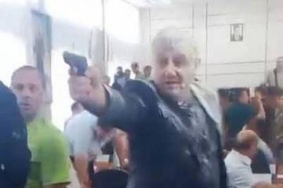 У Нікополі на сесії міськради влаштували бійку та стрілянину