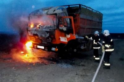 Пожежа посеред дороги: на Буковині під час руху загорівся КамАЗ