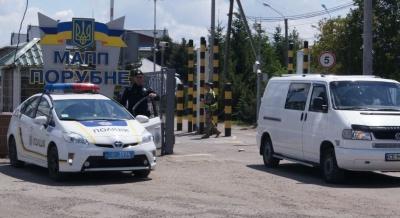 Буковинка хотіла вивезти дочку в Італію за фальшивими документами: прикордонники завадили