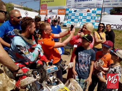Пилюка, болото і рев двигунів: до Чернівців на чемпіонат з мотокросу приїхали команди з 10 країн світу