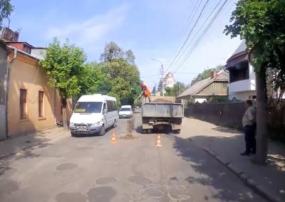 Провалля засипали гравієм: з'явилося відео «сучасного» ремонту вулиці Кармелюка