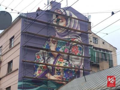 Художники яскраво розфарбували стіну будинку в центрі Чернівців - фото