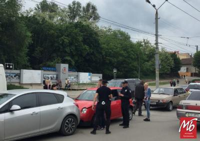 Через потрійну ДТП у центрі Чернівців утворився автомобільний затор - фото