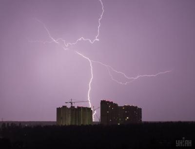 Буря, три хвилі дощів та температурні гойдалки: яку погоду чекати українцям у найближчі тижні