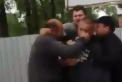 «Сірьожа, перестань!»: селяни побились під птахофабрикою через яму з тушами курей - відео