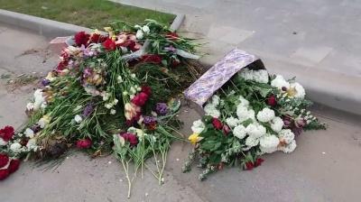«Так вони шанують ветеранів»: у Сокирянах квіти, покладені до пам'ятника загиблим, викинули на узбіччя дороги