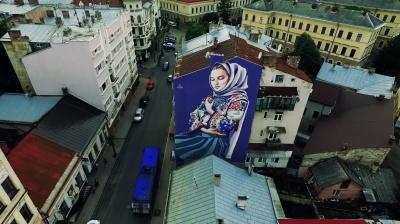 Стіну з муралом на будинку в центрі Чернівців показали у вражаючому відео з дрона