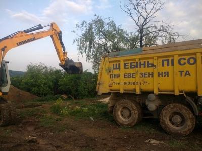 Яма з тушами курей: на Буковині селяни виявили тисячі трупів птиці й самотужки чистять скотомогильники