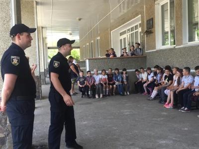 Як переходити дорогу і поводитись із незнайомцями: поліцейські влаштували ігри з школярами
