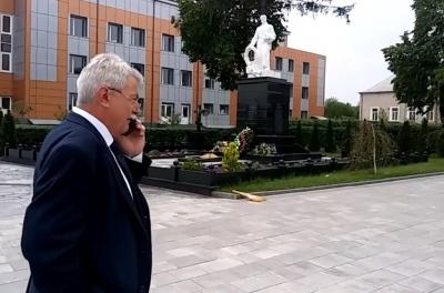 Скандал із квітами ветеранів: мер Сокирян поскаржився в СБУ на дії чиновників Козака
