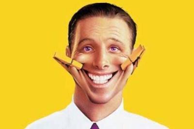 Посмішка на фотографії робить людину старшою: дослідження