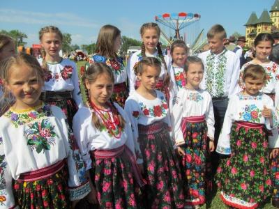 «Нас об'єднує любов до пісні»: на масштабне свято у Реваківці з'їхались 600 артистів