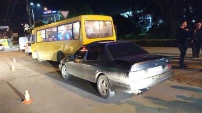 У Чернівцях легковик врізався у маршрутку на зупинці громадського транспорту - фото