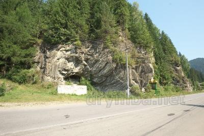 Невідома Буковина: скеля з печерами і цілющою водою