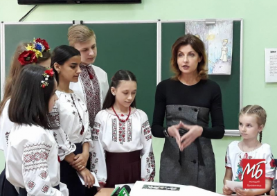 У Чернівцях Марина Порошенко з дітьми учасників АТО заповнила сторінки «Книги Миру» - фото