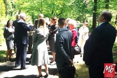 «Тут живе народний депутат»: Мунтян показав дружині Порошенка будинок Бурбака