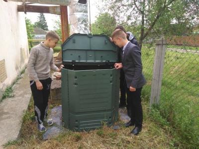 Шкірка  з картоплі стає добривом для троянд: у школі на Буковині переробляють відходи з їдальні
