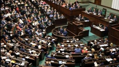 У Польщі депутати Сейму зменшили собі зарплати на 20%