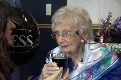 Столітня британка впевнена, що секрет її довголіття у темному пиві