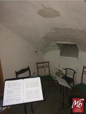 Музика у підвалі з грибком: як у Чернівцях проходять репетиції артистів філармонії