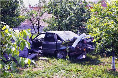 Вилетів з дороги, розтрощивши бетонний паркан: у страшній ДТП на Буковині постраждали двоє осіб - фото