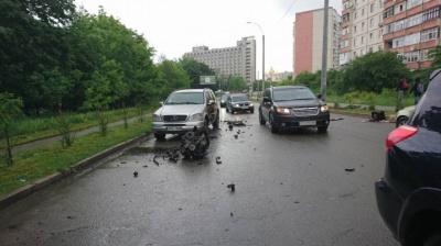 У Чернівцях з автомобіля вилетів двигун після зіткнення через невдалий обгін - фото