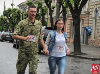 Бігли і вагітні, й літні люди: у центрі Чернівців влаштували марафон на підтримку миру - фото