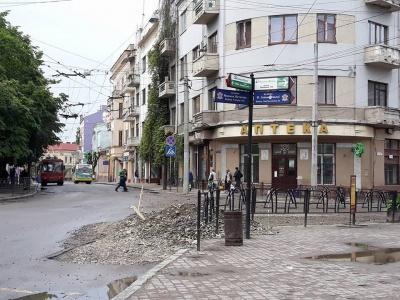 Купа гравію в центрі міста: комунальники залишили будматеріали біля кінотеатру «Чернівці»