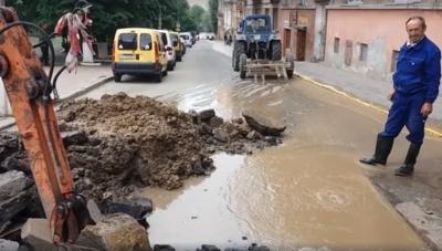 Вулицю в центрі Чернівців залило водою: прорвало мережу - відео