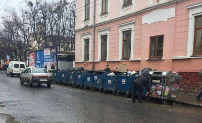 «Заберіть!»: на скандальних сміттєвих баках у центрі Чернівців з'явився напис