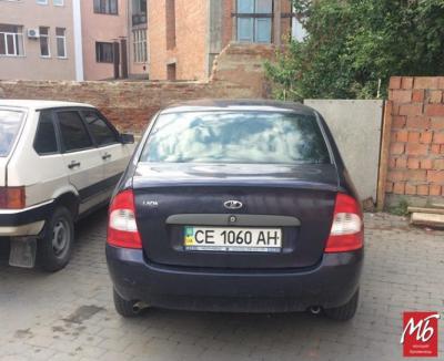 Автомобілі невідомих осіб заблокували встановлення сміттєвих баків у центрі Чернівців - фото