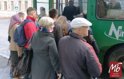 «Дивись, бо дишель зламаєш»: як чернівчани у тисняві повертаються тролейбусами додому