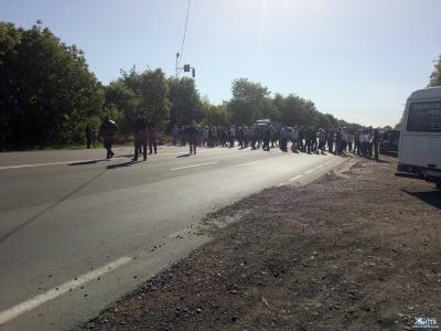 На трасі під Чернівцями утворився значний затор - люди заблокували рух