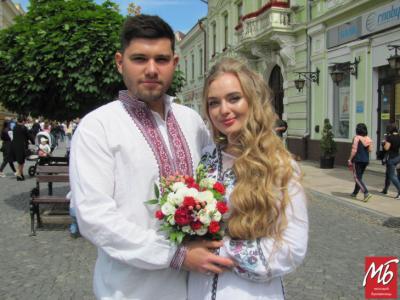 День вишиванки: тисячі чернівчан вийшли на вулиці міста у народному одязі - фото