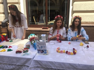 У Чернівцях під час заходів до Дня вишиванки збирали гроші на лікування дітей - фото