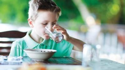 Чи можна пити воду під час їжі: цікаві факти від Супрун