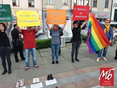 У центрі Чернівців активісти з ЛГБТ-прапорами розпочали акцію проти гомофобії - фото