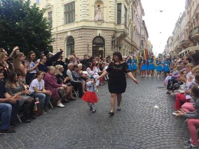 У центрі Чернівців «сонячні діти» дефілювали у вишиванках - фото
