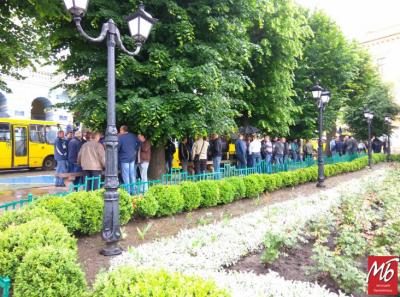 У Чернівцях понад 100 водіїв маршруток пікетують мерію, вимагаючи підняття тарифів - фото