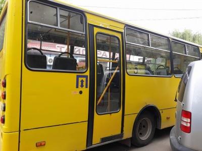 На вулицях Чернівців з'явилися маршрутки: пасажирів у них мало
